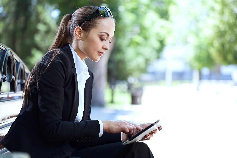 kvinde bruger tablet